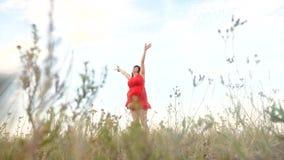 Modelo de forma positivo do tamanho no vídeo de movimento lento que anda na grama a mulher gorda na natureza na grama do campo fl filme