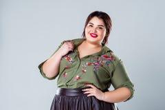 Modelo de forma positivo na roupa ocasional, mulher gorda do tamanho no fundo cinzento imagens de stock royalty free