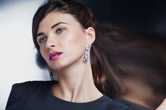 Modelo de forma que levanta na jóia exclusiva Fotografia de Stock Royalty Free