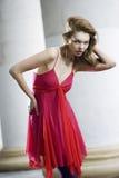 Modelo de forma que levanta no vestido foto de stock
