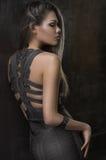 Modelo de forma que levanta no vestido bonito imagem de stock royalty free