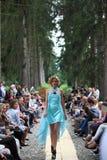Modelo de forma que veste um vestido de turquesa Imagens de Stock Royalty Free