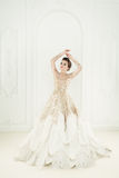 Modelo de forma Woman Standing no interior real Imagens de Stock Royalty Free