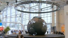 Modelo de giro da terra com aglomerações as mais grandes video estoque