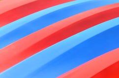 Modelo de kajaks rojos y azules Fotos de archivo