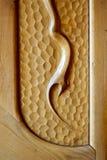 Modelo de la abstracción tallado en el fondo de madera Foto de archivo