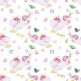 Modelo de la acuarela con unicornios lindos, las nubes, el arco iris y las estrellas Fondo mágico con pequeños unicornios libre illustration