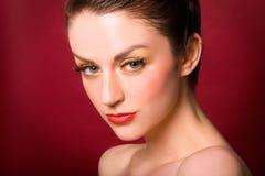 Modelo de la belleza con el lápiz labial rojo Imagen de archivo libre de regalías