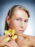 Modelo de la belleza con la flor fotografía de archivo libre de regalías