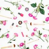 Modelo de la belleza con las rosas y los cosméticos rosados con los accesorios en el fondo blanco Fondo del día del ` s de la muj Imágenes de archivo libres de regalías
