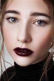 Modelo de la belleza con los labios del vino Foto de archivo