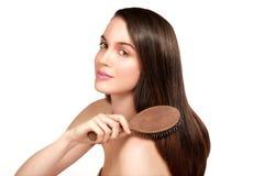 Modelo de la belleza que muestra la piel perfecta y el pelo marrón sano largo Imágenes de archivo libres de regalías