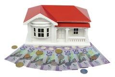 Modelo de la casa del chalet de la casa de planta baja con moneda del dólar de Nueva Zelanda NZ - Imagenes de archivo