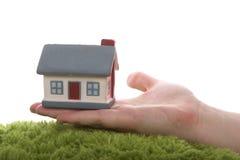 Modelo de la casa en la mano Fotografía de archivo