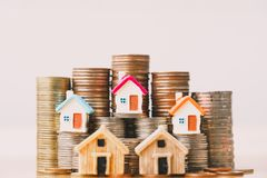Modelo de la casa en pila de las monedas foto de archivo