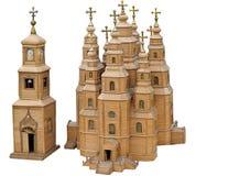 Modelo de la catedral de madera, iglesia, iglesia en un fondo blanco. Un regalo, un recuerdo. imagen de archivo