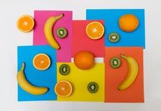 Modelo de la comida hecho de naranjas, de kiwis y de plátanos foto de archivo