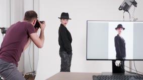 Modelo de la demostración del fotógrafo cómo presentar almacen de video