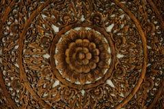 Modelo de la flor tallado en el fondo de madera Fotos de archivo