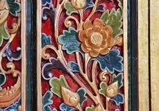 Modelo de la flor tallado en el fondo de madera hecho a mano en Asia Fotos de archivo libres de regalías