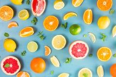 Modelo de la fruta cítrica en azul fotos de archivo libres de regalías