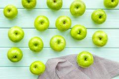 Modelo de la fruta del verano con las manzanas en copyspace de madera ligero de la opinión de top del fondo imágenes de archivo libres de regalías