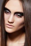 Modelo de la hembra de la alta manera. Igualación de maquillaje del brillo Imagen de archivo