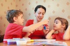 Modelo de la madre y de los niños del plasticine Fotografía de archivo libre de regalías