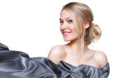 Modelo de la muchacha con la bufanda de seda que agita Foto de archivo libre de regalías