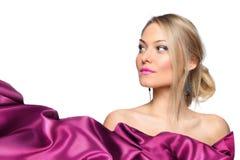 Modelo de la muchacha con la bufanda de seda que agita Imagen de archivo
