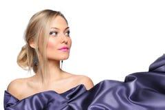 Modelo de la muchacha con la bufanda de seda que agita Imagenes de archivo