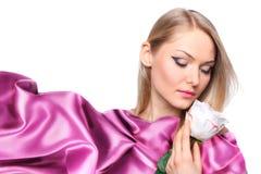 Modelo de la muchacha con la bufanda de seda que agita Imágenes de archivo libres de regalías
