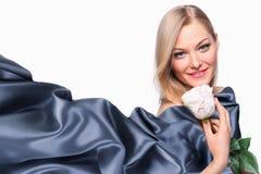 Modelo de la muchacha con la bufanda de seda que agita Fotografía de archivo libre de regalías