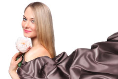 Modelo de la muchacha con la bufanda de seda que agita Fotos de archivo libres de regalías