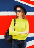 Modelo de la mujer bastante joven de la moda en colorido Fotografía de archivo libre de regalías
