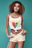 Modelo de la mujer del inconformista del negro del swag del encanto con el pelo rizado Fotos de archivo