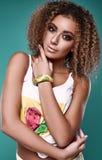 Modelo de la mujer del inconformista del negro del swag del encanto con el pelo rizado Imagen de archivo libre de regalías