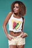 Modelo de la mujer del inconformista del negro del swag del encanto con el pelo rizado Imagen de archivo