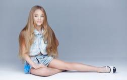 Modelo de la niña con el pelo largo y los ojos azules Fotografía de archivo