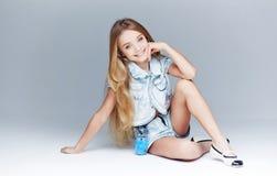 Modelo de la niña con el pelo largo y los ojos azules Foto de archivo