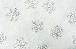 Modelo de la silueta de las escamas de la nieve de la Navidad en el fondo de Snowy White pulverizado con la harina Tarjeta de fel Foto de archivo libre de regalías