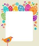 Modelo de la tarjeta de pascua con los huevos coloreados Fotografía de archivo