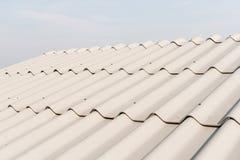 Modelo de la teja de tejado sobre el cielo fotos de archivo libres de regalías