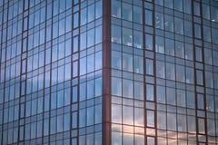 Modelo de la ventana en el edificio en distrito financiero fotos de archivo libres de regalías