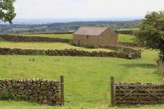 Modelo de las paredes de piedra y del granero North Yorkshire Foto de archivo