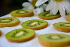 Modelo de las rebanadas de la fruta de kiwi en el fondo blanco fotos de archivo