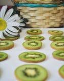 Modelo de las rebanadas de la fruta de kiwi en el fondo blanco foto de archivo libre de regalías