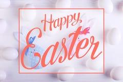 Modelo de los huevos blancos, incluyendo conejito hecho a mano de dos pascua, azul y rosado Texto, pascua feliz imágenes de archivo libres de regalías