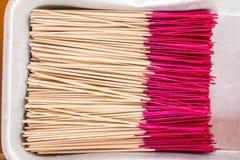 Modelo de los palillos de ídolo chino en la bandeja de acero Fotos de archivo