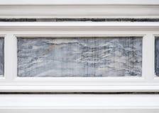 Modelo de mármol en la cerca concreta blanca fotos de archivo libres de regalías